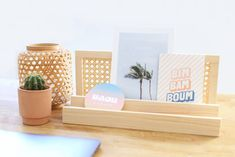 DIY organiseur de bureau en cannage // Hellø Blogzine - Blog déco Lifestyle - www.hello-hello.fr Diy Rangement, Blog Deco, Room Organization, Floating Nightstand, Rattan, Diy Furniture, Recycling, Homemade, Organiser