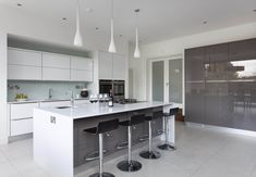 Grey kitchen - The choice of color for your new kitchen is important because you will probably look at the color for several years. When you want a smart Kitchen Pantry Design, Smart Kitchen, Kitchen Styling, New Kitchen, White Gloss Kitchen, Gray And White Kitchen, Post Contemporary, Contemporary Kitchens, Grey Countertops