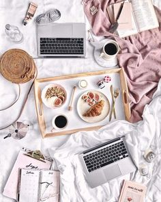Flatlay : petit-déjeuner au lit !