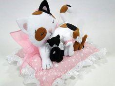 Linda gatinha em feltro com filhotes...pode ser um lindo peso de porta ou uma almofadinha....Créditos nas imagens...