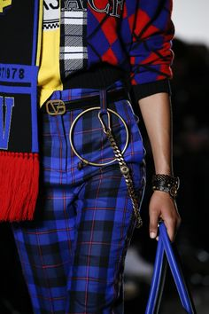 The complete Versace Fall 2018 Ready-to-Wear fashion show now on Vogue Runway. Plaid Fashion, Look Fashion, Fashion Details, Street Fashion, Runway Fashion, Fashion Show, Fashion Outfits, Fashion Design, Fashion Trends