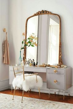 Gorgeous bedroom makeup vanity with mid century modern vanity dresser mixed with French gilded mirror and gold! More ideas if you click the link to visit these vintage vanity ideas.