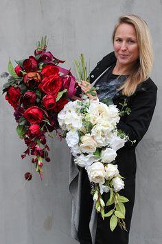 Dekoracja nagrobna / bukiet do wazonu Czerwień składa się ze starannie wyselekcjonowanych sztucznych kwiatów w odcieniach czerwieni. Całość ozdobiona jest karmonową wstążką. Pięknie przystroi każdy pomnik i nagrobek. To wysokiej jakości alternatywa dla tradycyjnych wiązanek / zniczy. Wymiary kompozycji: dł. 75 cm, szer. do 35 cm Mili, do niniejszej kompozycji możemy dla Was przygotować w komplecie inne elementy dekoracyjne, takie jak wianki, stroiki, bukiety itp., zgodnie z Wa... Vence, Grave Decorations, Bride Bouquets, Fall Flowers, Flower Fashion, Growing Vegetables, Corsage, Funeral, Floral Arrangements