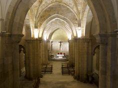 Iglesia de San Miguel. Nave. Se aprecia la desviación de la cabecera hacia la derecha.Puede ser por error o por remedar la posición de la cabeza de Cristo en la cruz tal y como se representa tradicionalmente.*