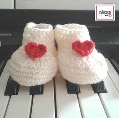 Crochet BABY BOOTIES  Milky white with red HEARTS - SCARPINE per BIMBI a uncinetto - color bianco latte con cuori rossi - lana 100% - disponibili in due misure - pronte per la spedizione