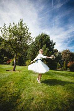 Petticoat Brautkleid in tee Länge mit Tüllunterrock, tiefem Rückenausschnitt und langen Ärmeln (www.noni-mode.de)