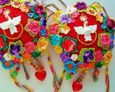 Flores ao Divino, relicários perfumados de crochê by Lidia Luz, via Flickr