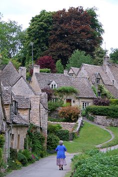 Steves: England's Cute and Cozy Cotswolds Just a couple of hours' drive away from London, England's Cotswolds villages feel like a world apart.Just a couple of hours' drive away from London, England's Cotswolds villages feel like a world apart. England Countryside, British Countryside, Oh The Places You'll Go, Places To Travel, Travel Destinations, Country Walk, English Village, English Cottages, Photos Voyages