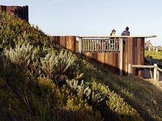 Tercera Ola quiosco construido a partir de pilotes de acero resistido por Tony Hobba Arquitectos