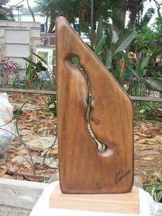 Escultura em madeira reciclada.  Trabalho abstrato.  Peça única.   Artista:  Cláudio Del Comune R$130,00
