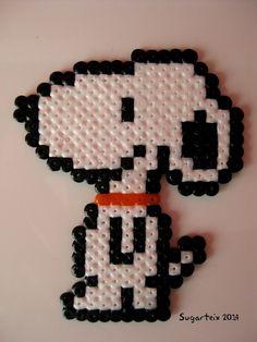 Snoopy en hama mini. Si te gusta puedes adquirirlo en nuestra tienda on-line: http://www.sugarshop.eu/ Ver más en: http://mistertrufa.net/librecreacion/groups/hama-beads/
