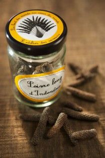 The Long Pepper, called in Sanskrit language, pippali, is probably the first variety of these peppercorns to reach the civilization around the Mediterranean Sea. The peppercorn look like the hazel tree bezels, of 2 or 3 cm, covered by scales like the pine cones. It may grow on a creeper and it is picked prematurely. When dried in the sun, it turns dark and may become red.