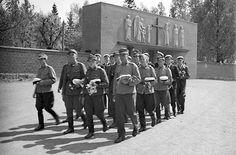 Uusia ylioppilaita Kalevankankaan hautausmaalla 31.5.1940. Tampere.