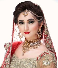Beautiful bridal with stunning accessories and makeup Indian Bride Poses, Indian Bridal Photos, Indian Wedding Poses, Bridal Hairstyle Indian Wedding, Indian Wedding Makeup, Indian Wedding Couple Photography, Pakistani Bridal Wear, Pakistani Bridal Makeup Hairstyles, Bengali Makeup