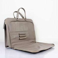 안녕하세요 오늘은 여러분들에게 프라다 서류가방을 소개해드리려고 합니다 남여 모두가 사용하실수 있는 ...