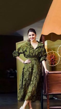 Anushka Sharma is known as Bollywood's most beautiful actress and she continues to win over people with her acting. Anushka Sharma Pics, Anushka Sharma Virat Kohli, Bollywood Girls, Bollywood Fashion, Bollywood Actress, Indian Celebrities, Bollywood Celebrities, Wedding Couple Poses Photography, Indian Look