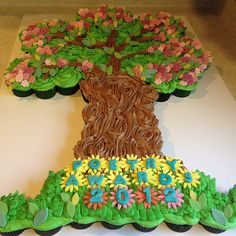 Tree Cupcake pull apart cake with 95 cupcakes by Sugar Tree Bake Shoppe. I think this would be a good family reunion cake Family Reunion Cakes, Family Tree Cakes, Family Reunions, Family Gatherings, Pull Apart Cupcake Cake, Pull Apart Cake, Cupcake Tree, Cupcake Cakes, Cupcake Ideas