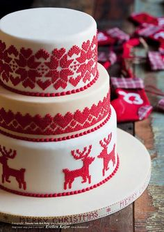 Winter cake that looks like Nordic Reindeer Sweater ---- Cake Wrecks Christmas Wedding Cakes, Christmas Cake Decorations, Christmas Sweets, Holiday Cakes, Christmas Goodies, Christmas Baking, Christmas Cake Designs, Pretty Cakes, Beautiful Cakes