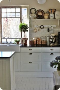 Farmhouse Kitchen Decor Ideas: Great Home Improvement Tips You Should Know! You need to have some knowledge of what to look for and expect from a home improvement job. Cottage Kitchens, Farmhouse Kitchen Decor, Home Decor Kitchen, Country Kitchen, New Kitchen, Home Kitchens, Kitchen Dining, Kitchen Cabinets, White Cabinets