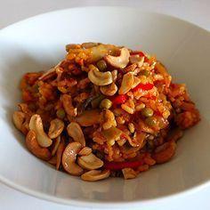 Paëlla végétarienne facile à faire Ingrédients (2 personnes)     160 g de riz rond     1 oignon     1 gousse d'ail     75 g de petits pois     75 g d'haricots verts     125 g de champignons     1/2 poivron rouge     1/2 poivron jaune     200 g de tomates concassées en boite     75 g de noix de cajou non salées     sel, poivre     huile d'olive     curry