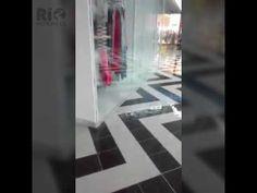 Se cayó techo de la farmacia del Euro del Centro Comercial Nuestro - VER VÍDEO -> http://quehubocolombia.com/se-cayo-techo-de-la-farmacia-del-euro-del-centro-comercial-nuestro    hace pocos minutos se registró una fuerte lluvia la ciudad, el turno para los afectados por la ola invernal, fue el Centro Comercial Nuestro, que en uno de sus locales se desplomó techo debido al aguacero. Créditos de vídeo a Popular on YouTube – Colombia YouTube channel
