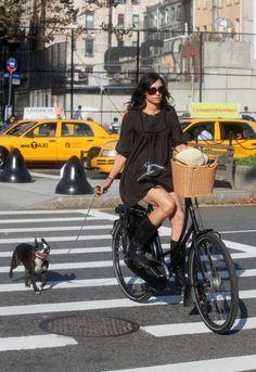 Famke Janssen y su amigo Cycle Chic, Moda Professor, Cycling Girls, Women's Cycling, Cycling Jerseys, Commuter Cycling, A Well Traveled Woman, Famke Janssen, Cool Bicycles