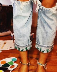 Zip-back drawstring gown with entrance pocket - Refashion Diy Fashion, Ideias Fashion, Fashion Outfits, Womens Fashion, Painted Jeans, Painted Clothes, Diy Clothes Paint, Painted Shorts, Summer Outfits