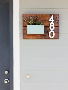 plaque numéro maison en bois massif et jardinière repeinte en gris perle - idées DIY