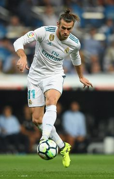Real Madrid's forward from Wales Gareth Bale controls the ball during the Spanish league football match Real Madrid CF against Real Betis  at the Santiago Bernabeu stadium in Madrid on September 20, 2017. / AFP PHOTO / GABRIEL BOUYS