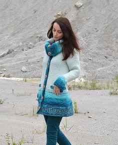 Pletený kabáto-svetrík s textilným lemovaním a zapínaním na ručne robené keramické gombíky/vYvana/. Veľký rozkladací golier. Materiál: - zmesové priadze - akryl, polyakryl, vlna