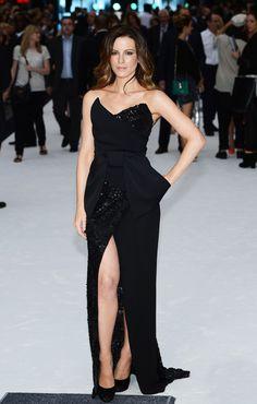 Kate Beckinsale arrasando com vestido, sapatos e unhas pretas!