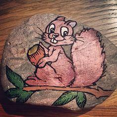 Jeg ville gerne jeg havde lidt mere styr på det med, at ligge skygger på mine sten tegninger, men det er jeg utrænet i. 😄😄🐹 #malpåsten #paintedstone #posca #molotow #tusser #stonepainting #painted #egern #skygger #detersvært
