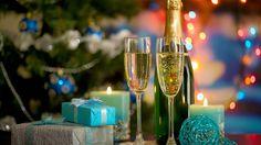 Скачать обои gifts, balls, candles, christmas tree, lights, champagne, glasses, раздел новый год в разрешении 1366x768