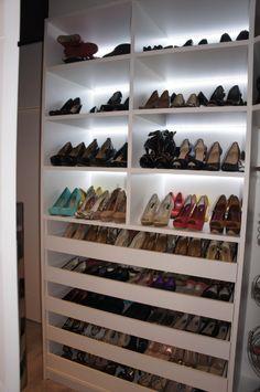 Para uma melhor visualização dos calçados, o arquiteto Luis Navarro embutiu um sistema de iluminação atrás das prateleiras do amplo closet com 24,30 m²