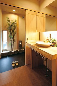 The use of an elevated sink and warm lighting for a calming effect is evidence of Japanese design. Modern Japanese Interior, Japanese Home Design, Japanese Modern, Japanese House, Interior Exterior, Interior Design, Asian Architecture, Condo Remodel, Natural Interior