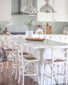 We wouldn't mind waking up every day to cook breakfast here. 🍳🥞🥓 design by Featuring Music City Mist Plain Tile Suppliers, Le Shop, Blue Tiles, Stone Tiles, Kitchen Design, Design Inspiration, Table, Blue Interiors, Backsplash Tile
