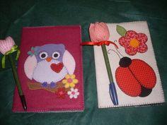 Capa para caderno pequeno,feita de feltro e aplicação de tecido ou feltro.A parte de dentro é forrada com tecido.