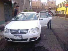 Yael lavando coches para pagar su pelicula