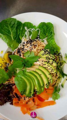 Vegane Summer-Roll-Bowl mit Limetten-Erdnuss-Drizzle Hallo Urlaub! Für unsere Salatköstlichkeit drehen wir Möhre und Gurke mit dem Spiralschneider zu knackiger Pasta. Weil mehr aber mehr ist, gesellen sich noch Avocado, gelbe Paprika und Reisnudeln dazu. Ein Klassiker der Thai-Küche gibt hier den letzten Pfiff und verfeinert die Summer-Roll-Bowl.
