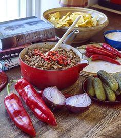 Servera den heta grytan med mjuka tortillas, majs-chips, gräddfil, rödlök och inlagd gurka.