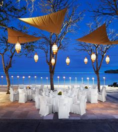 What a dream it would be to get married in Bali! Just a hint of added lighting makes a world of difference at this ocean front dinner!