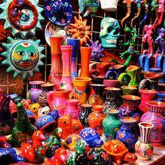 Arte mexicano, cerámica desbordante de colores.
