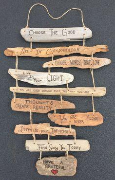 Règles familiales personnalisés / signe de bois flotté de valeurs familiales collage comprend jusquà 12 signes individuels bois flotté enfilés et à la main, gravée avec un titre personnalisé, c'est à dire «The Smith Family Rules» et personnalisés règles/valeurs familiales. (Pour plus de 12 signes dans votre collage, s'il vous plaît demander un ordre personnalisé). Chaque signe est gravé à la main et tous les signes sont enchaînés avec de la ficelle et le collage ensemble comprend ...