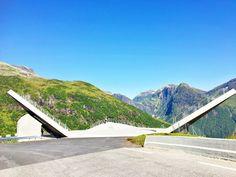 I et land med høye fjell, dype daler og fantastisk natur er der utallige utkikkspunkt å oppdage. Det nye og vel tilrettelagte utkikkspunktet, Utsikten, som ligger på toppen av Gaularfjellet er intet unntak. Dette er ett av de stedene du vil angre på at du ikke stoppet for å ta inn den fantastiske utsikten. Bli med til Utsikten - et fantastisk nytt utkikkspunkt på Gaularfjellet Norway, Travel Tips, Mountains, Nature, Voyage, Naturaleza, Travel Advice, Nature Illustration, Travel Hacks