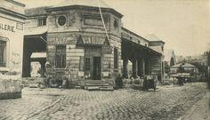 Le Paris Perdu : Voici la Halle aux Veaux (bâtie en 1772) de la rue de Pontoise, juste avant sa démolition en 1865. Elle fut transférée au marché de la Villette et la rue Cochin fut tracée sur la partie nord de son emplacement. Une photo de Charles Marville.