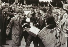 9 Mai 1945 - Falstadfangene vender hjem / Liberated political prisoners returns home from Falstad concentration camp 9 Mai 1945, Political Prisoners, Trondheim, Norway, Politics, History, Concert, Ww2, Fictional Characters
