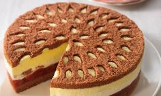 Eierlikör-Kirsch-Torte                              -                                  Sahnige Torte mit einer leckeren Eierlikörfüllung und Sauerkirschen