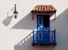 Ventana de casa colonial, old town Cartagena Colombia.  Foto de Maty Tono Exterior Design, Interior And Exterior, Fachada Colonial, Doorway, Home Improvement, Beautiful Places, Villa, House Design, Windows