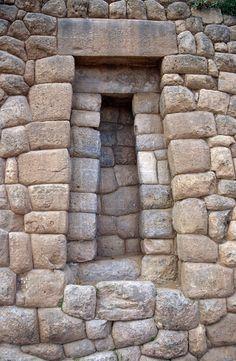 Puerta en la estructura de una fortaleza inca en Sacsayhuaman, fuera de  Cuzco, Perú.
