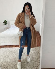 The image may contain: one person or more Outfits 2019 Outfits casual Outfits for moms Outfits for school Outfits for teen girls Outfits for work Outfits with hats Outfits women Cute Winter Outfits, Casual Winter Outfits, Winter Fashion Outfits, Simple Outfits, Classy Outfits, Winter Clothes, New Year Outfit Casual, Party Outfit Casual, Winter School Outfits